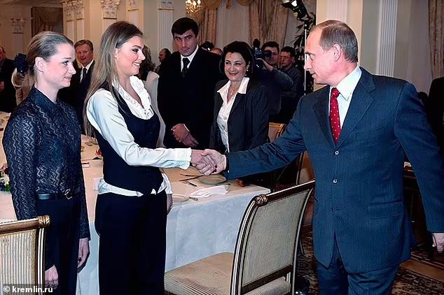 آلینا کابائوا که بسیاری او را معشوقه ولادیمیر پوتین می دانند بعد از دو سال و نیم بی خبری، بالاخره به صحبت در انظار عمومی پرداخته است.