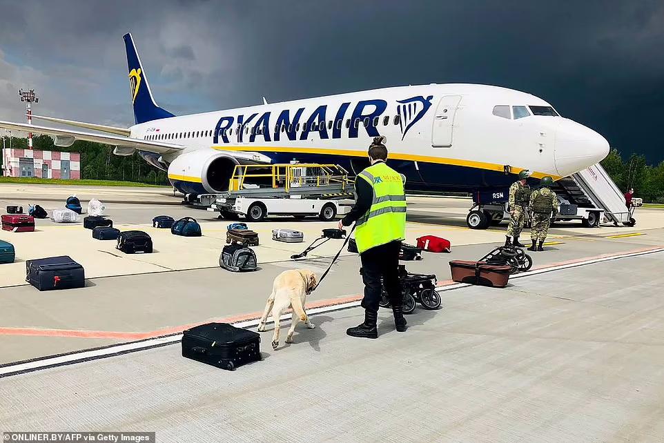 به دستور الکساندر لوکاشنکو رییس جمهور بلاروس یک هواپیمای مسافربری در فرودگاه مینسک به زمین نشانده شد تا منتقد او دستگیر شود