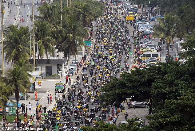 ژایر بولسونارو رییس جمهور برزیل با رژه موتورسواران در خیابان های ریودوژانیرو نشان داد که ترسی از شرایط کرونا در کشورش ندارد