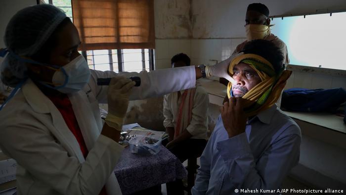 یک بیماری نادر به نام قارچ سیاه در میان مبتلایان به کرونا در هند باعث شده که بسیاری برای نجات از مرگ چشم هایشان را تخلیه کنند.