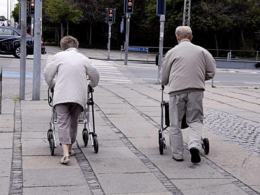 فرار زوج آلزایمری از خانه سالمندان با شکستن رمز قفل الکترونیک در آسایشگاه