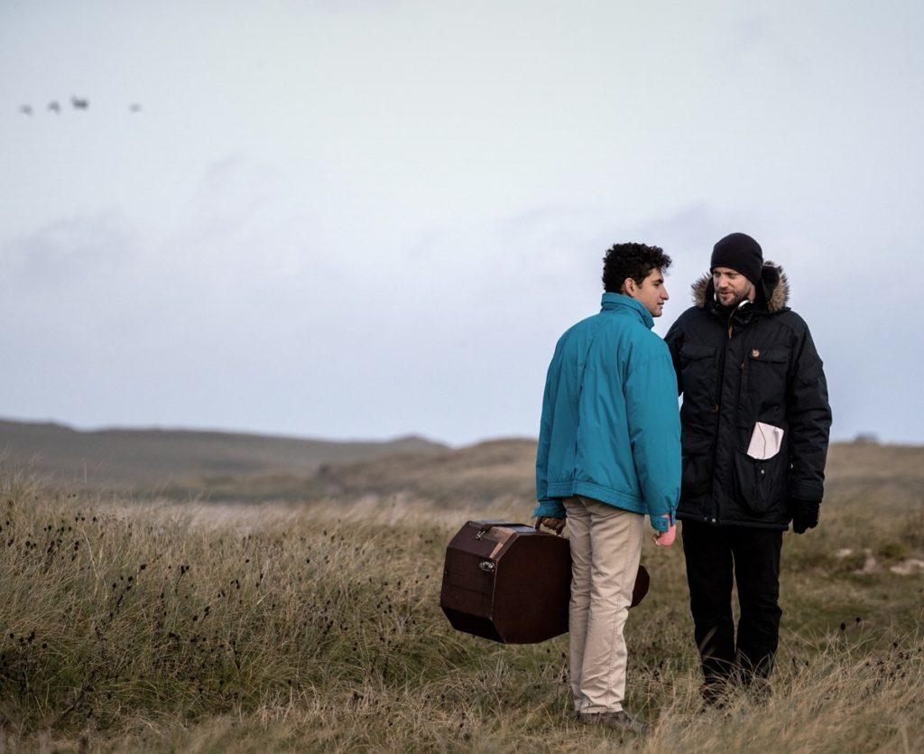 نقد و معرفی فیلم Limbo ؛ فیلمی تکاندهنده که تجربه واقعی پناهندگی را به تصویر میکشد