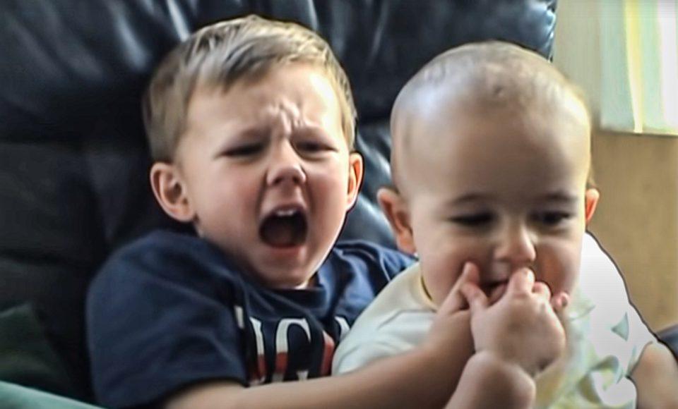 به عنوان یکی از بهترین ویدیوهایی که میلیون ها بار دیده شد، ویدیو «چارلی انگشتمو گاز گرفت» (Charlie Bit My Finger) بخشی از تاریخ یوتیوب است.