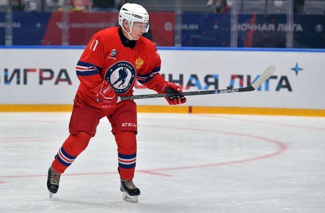 ولادیمیر پوتین ، رییس جمهور روسیه روز دوشنبه در یک مسابقه هاکی چندین گل به ثمر رساند و برای اولین بار از زمان شیوع کرونا به بازی پرداخت.