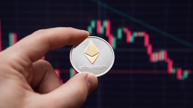 ویتالیک بوترین، برنامه نویس 27 ساله روسی- کانادایی در سال 2013 و زمانی که تنها 19 سال سن داشت رمز ارز موسوم به اتریوم (ethereum) را اختراع کرد.