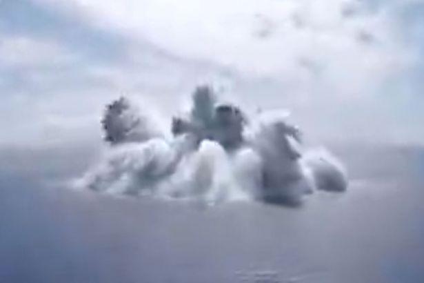 نیروی دریایی ایالات متحده ویدیویی از لحظه منفجر شدن یک بمب در دل اقیانوس منتشر کرده که باعث وقوع یک زمین لرزه صدها کیلومتر آنطرف تر می شود.
