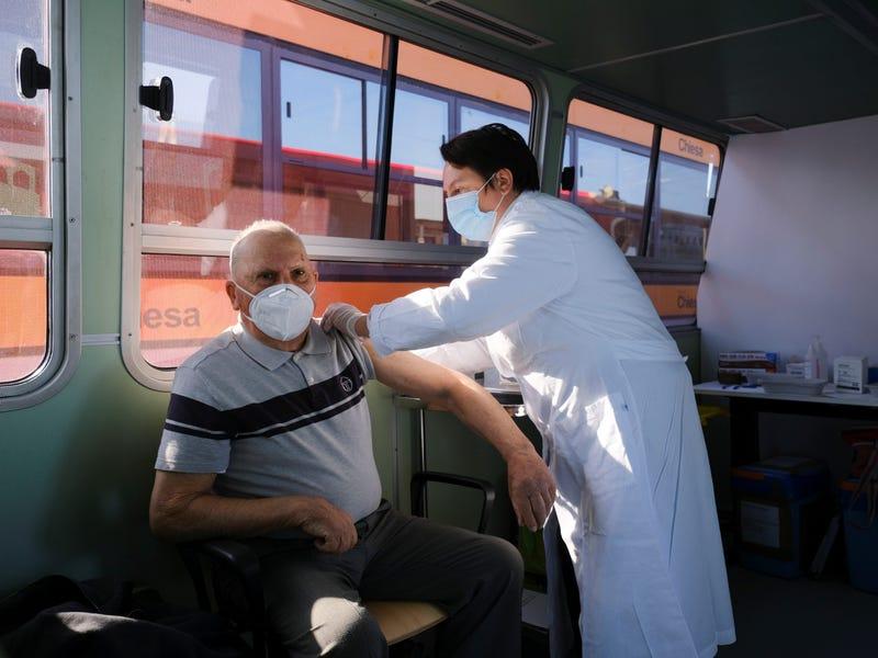 روزیاتو: عجیب ترین مراکز واکسیناسیون کرونا در دنیا؛ از کلیسا تا قایق های تفریحی!