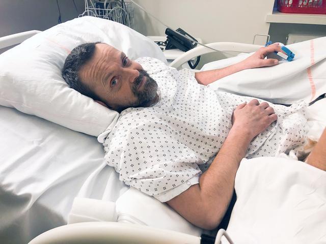 یک مرد ایسلندی که اولین مورد پیوند هر دو دست و شانه را دریافت کرده است، بعد از جراحی به خوبی در حال بهبودی است، دو دهه پس از آنکه در یک سانحه هر دو دستش را از دست داد.