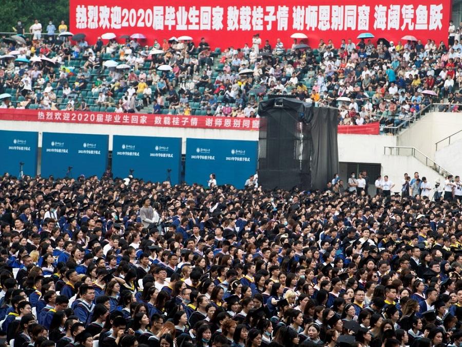 برگزاری جشن فارغ التحصیلی ۱۱ هزار نفری در ووهان بدون ماسک و فاصله گذاری اجتماعی