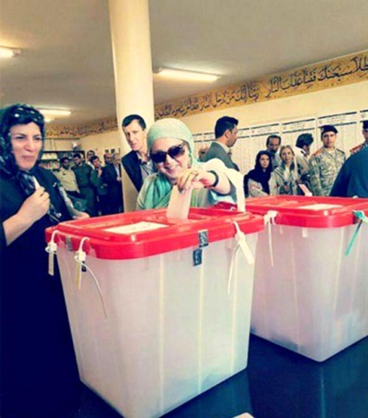 بهنوش بختیاری بازیگر سرشناس سینما و تلویزیون ایران در یکی ویدیو ظاهراً تبلیغاتی از مردم برای شرکت در انتخابات ریاست جمهوری پیش رو که روز جمعه 28 خرداد برگزار خواهد شد، دعوت کرده است.