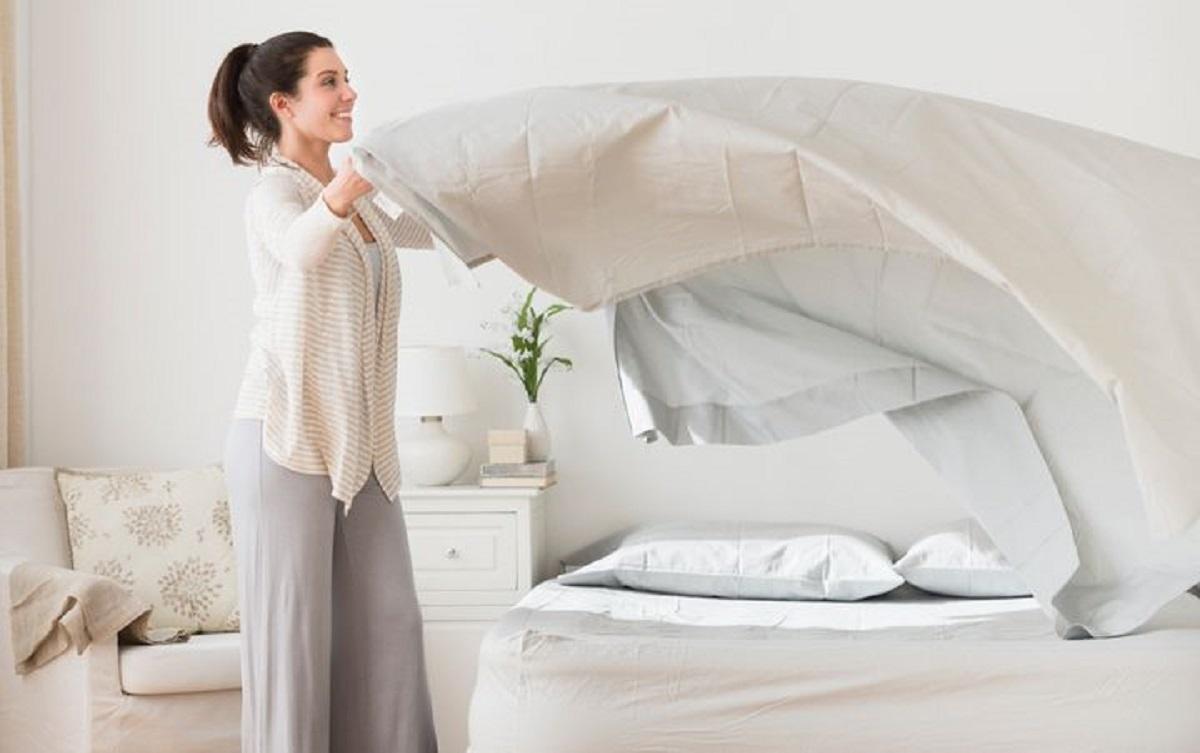چند وقت یک بار ملحفه روی تخت را بشوییم