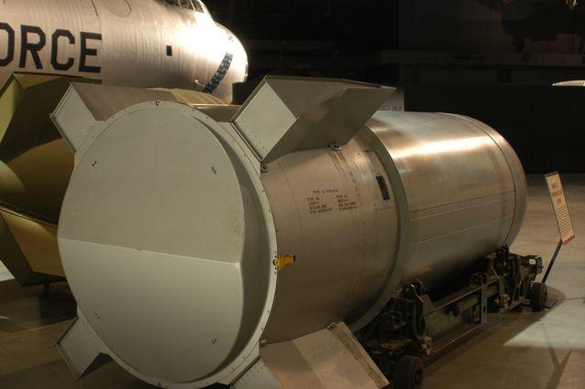 بمب اتمی Mark 7 که در سال 1952 رونمایی شد، یک بمب هسته ای تاکتیکال بود که برای حمل شدن توسط جنگنده ها و بمب افکن ها طراحی شده بود.
