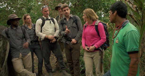 یک متخصص بقا در شرایط سخت همراه با تیمش که ایندیانا جونز دنیای واقعی لقب گرفته در جستجوی قاتل سریالی آمازون است