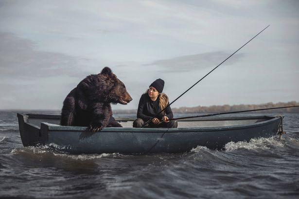 زنی روسی که با یک خرس قهوه ای غول پیکر به ماهیگیری می رود + ویدیو