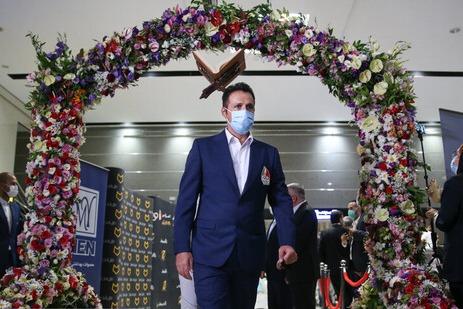 در جریان بدرقه گروه اول از ورزشکاران ایرانی اعزامی به مسابقات المپیک توکیو در ژاپن، از لباس رسمی کاروان المپیک ایران نیز رونمایی شد