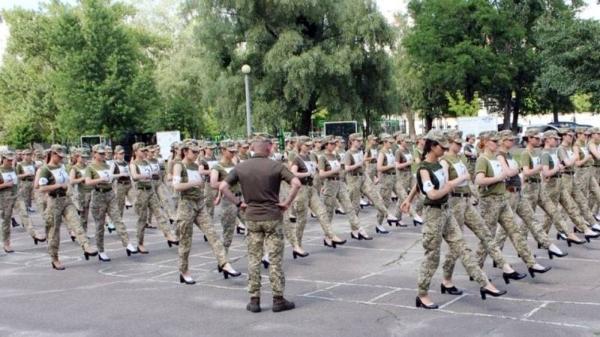 برنامه ریزی وزارت دفاع اوکراین برای اجازه دادن به سربازان زن این کشور برای رژه رفتن با کفش های پاشنه بلند به جای پوتین های نظامی