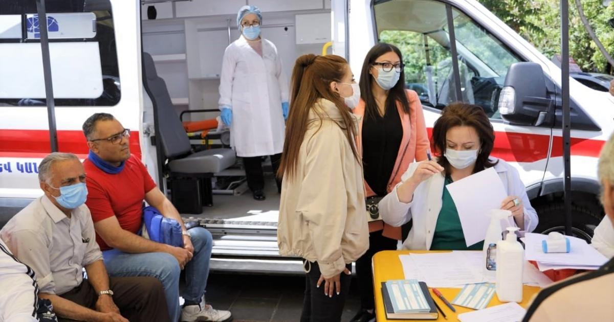 ایرانیان که از وعده های مسئولان خسته شده و امیدی به تزریق واکسن ندارند، این روزها به ارمنستان سفر می کنند تا واکسن کرونا را مجانی تزریق کنند.