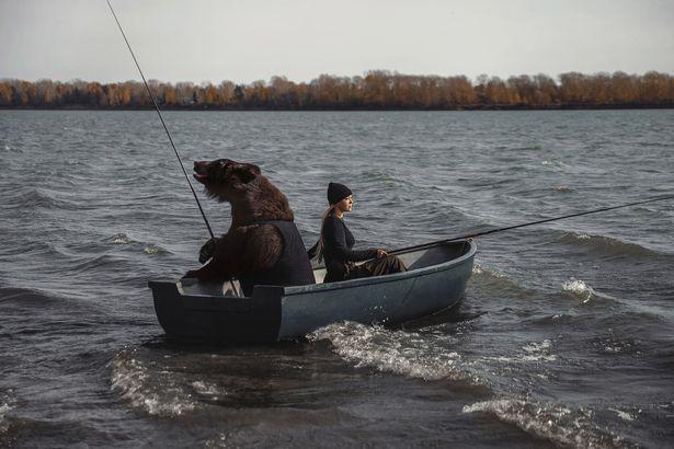 یک زن شجاع روسی بعد از بردن یک خرس قهوه ای غول پیکر با خود به یک سفر ماهیگیری می گوید که به دنبال دردسر نیست.