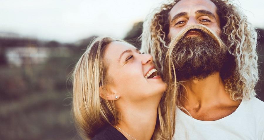 چرا شوخ طبعی کلید شاداب نگه داشتن رابطه عاطفی است؟