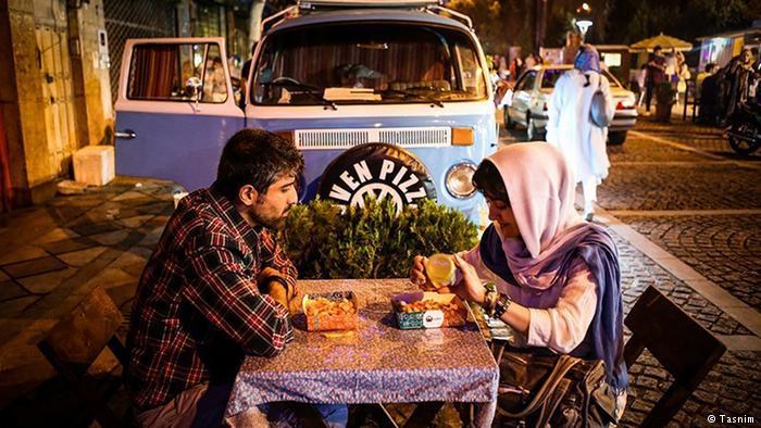 سال هاست که موضوع زیست شبانه در تهران مطرح شده و در حالی که موافقان آن را برای رونق اقتصاد در طول شب، سرگرمی کسانی که تا پاسی از شب بیدارند