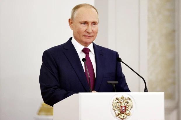 ولادیمیر پوتین در قانونی جنجالی مقایسه شوروی با آلمان نازی در هر سطحی را ممنوع کرده و ژوزف استالین را یک قهرمان جنگی معرفی کرده است