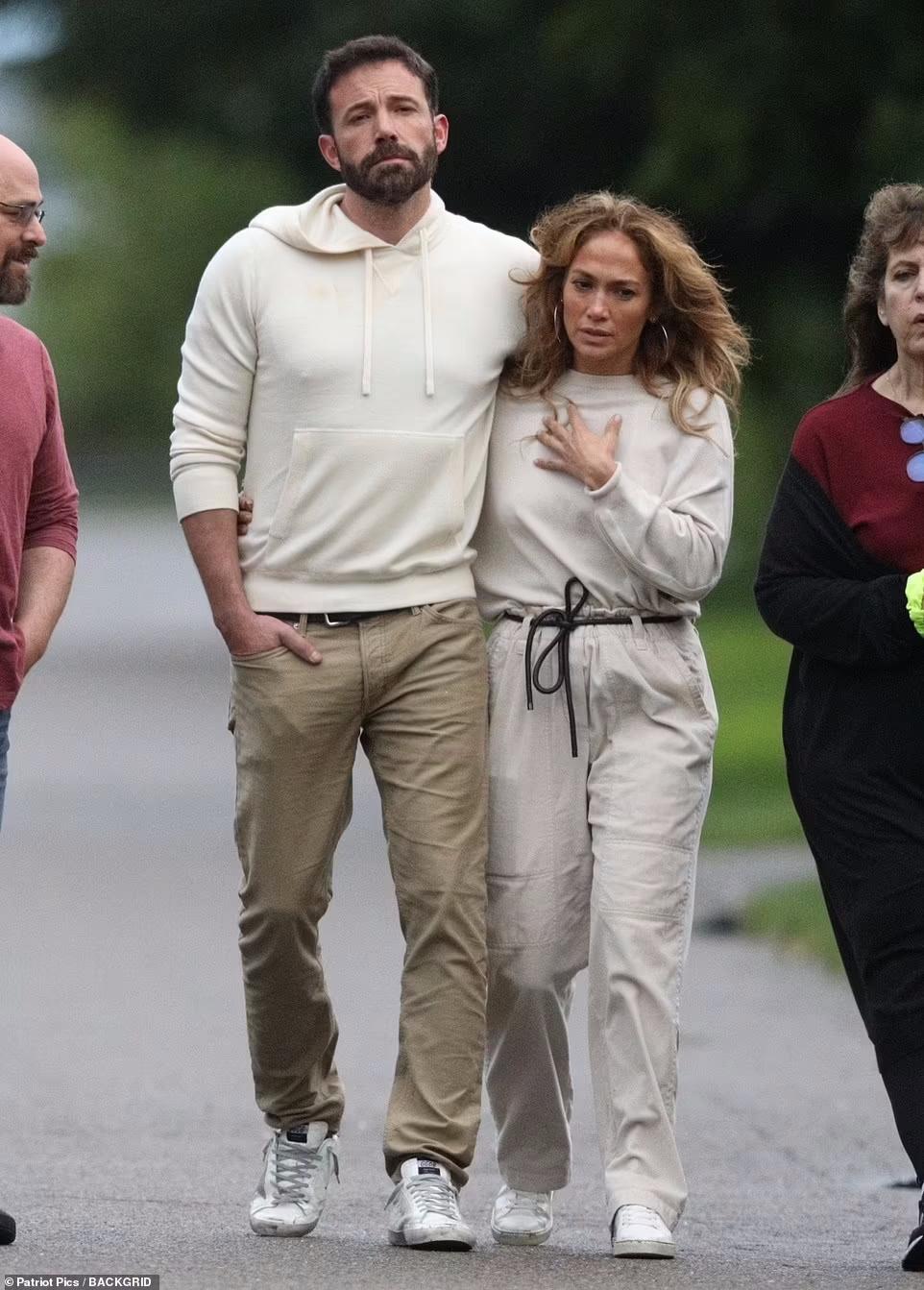 جنیفر لوپز و بن افلک یک روز پیش از خوشگذرانی شان همراه با فرزندان در استودیو یونیورسال، در حال قدم زدنی عاشقانه دیده شدند.