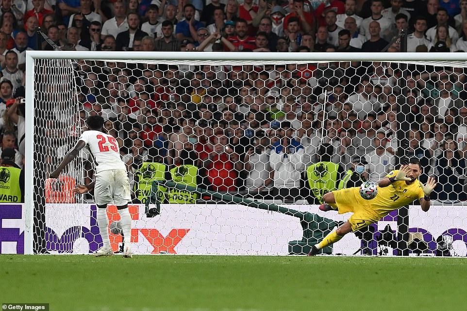 جوردن پیکفورد دروازه بان تیم ملی انگلیس در فینال یورو 2020 از همان ترفند چسباندن نوشته در مورد پنالتی زنان حریف روز بطری آب خود استفاده کرد.