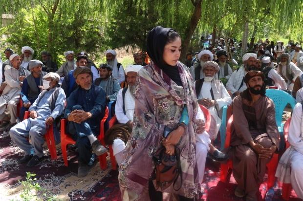 در حالی که نیروهای ناتو در حال ترک افغانستان هستند، طالبان در مناطق تازه تصرف شده این کشور جنگ زده، زنان را از تنها خارج شدن از خانه منع کرده
