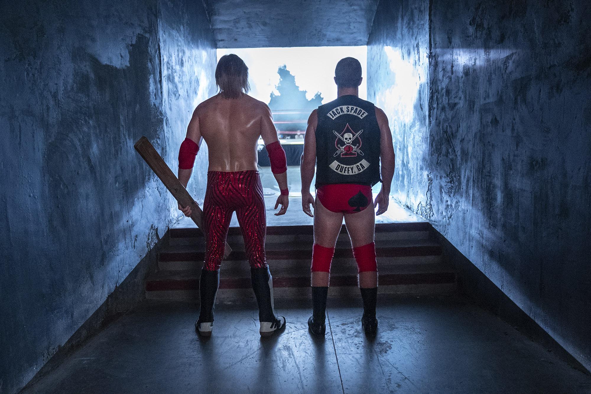 تصاویر جدیدی که از پشت صحنه و ساخت سریال Heels منتشر شده است، نشان می دهد که بازیگران این فیلم سکانس های ورزشی و بدلکاریهایشان را خود انجام می دهند