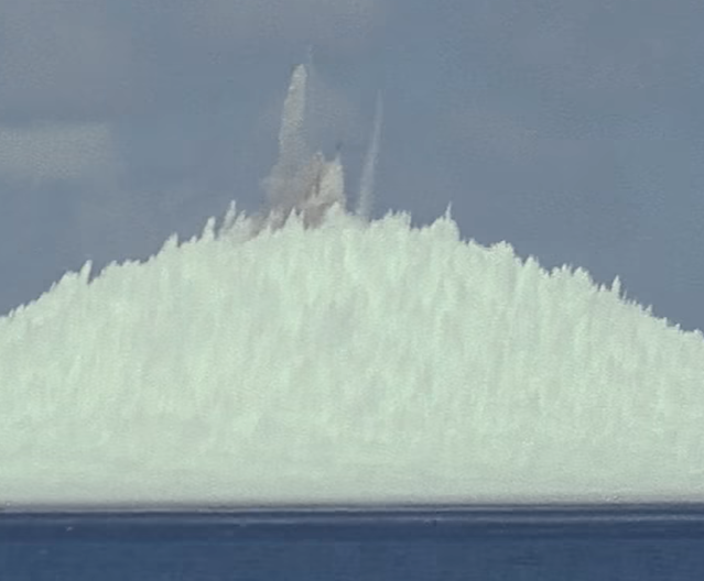 لحظه انفجار بمب اتمی  در اعماق اقیانوس و پرتاب آب به ارتفاع ۱ مایلی + ویدیو