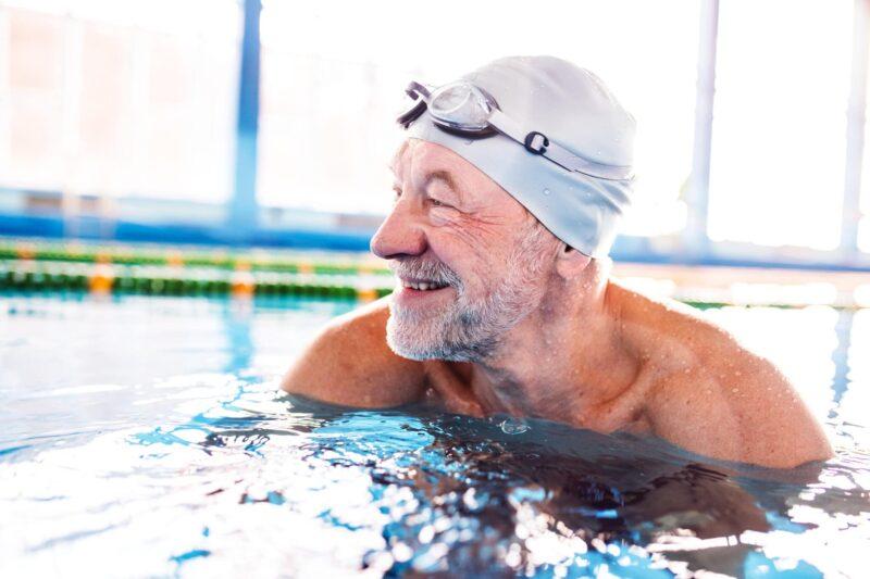همانند دیگر روش های تمرینی هوازی، شنا کردن نیز روشی بسیار عالی برای تقویت عضلات و سوزاندن چربی و در نتیجه تناسب اندام است.