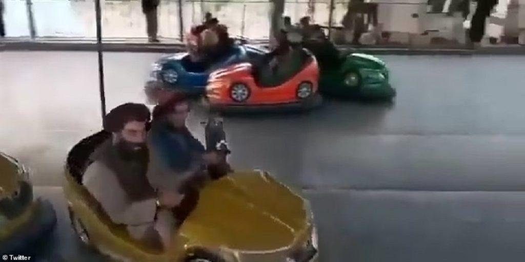 تفریح و سرگرمی اعضای طالبان در شهربازی کودکان پس از سقوط کابل + ویدیو