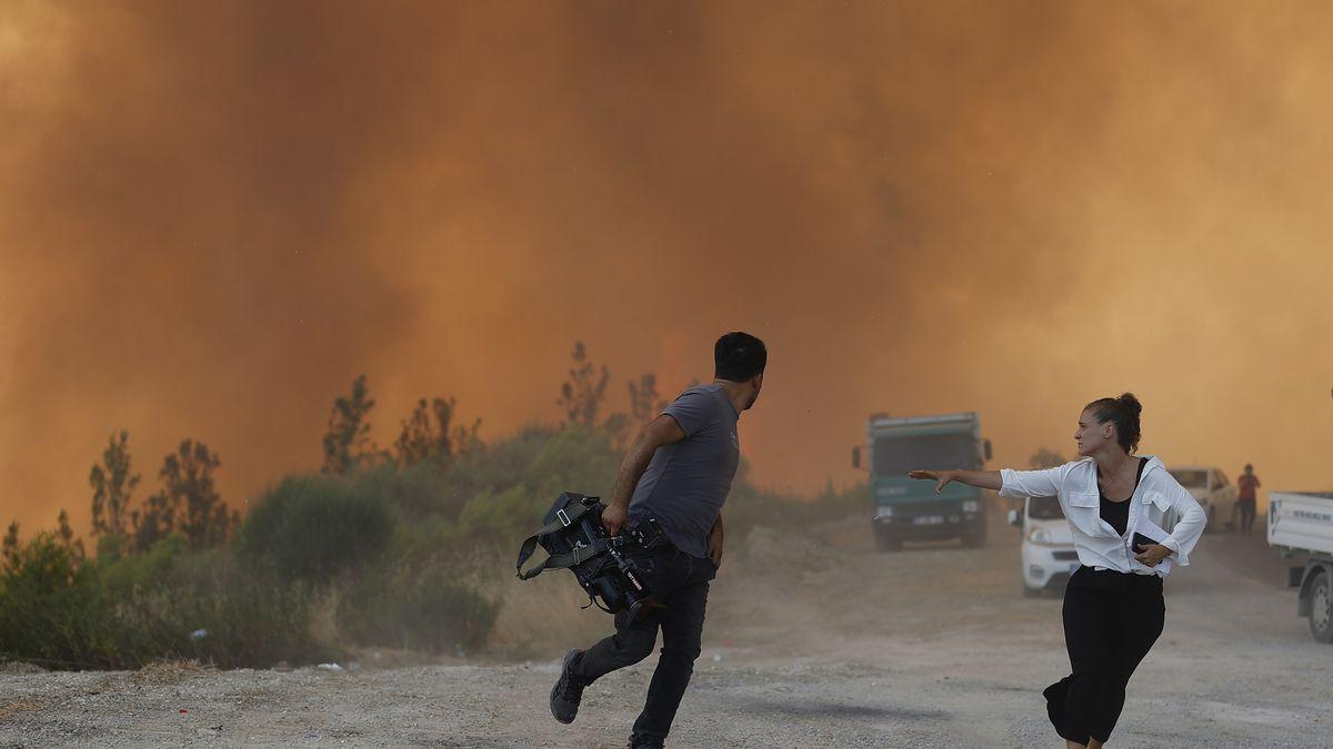 فرار گردشگران وحشت زده در مناطق جنوبی ترکیه و نجات ان ها با قایق پس از آتش سوزی گسترده در مناطق جنوبی این کشور
