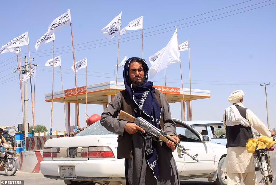 جنگجویان طالبان وارد قصر مارشال عبدالرشید دوستم در شهر شمالی مزار شریف می شوند و روی مبلمان طلایی قصر او لم داده