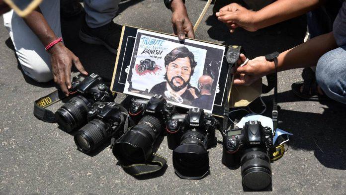 شبه نظامیان طالبان صورت دانش صدیقی عکاس کشته شده رویترز توسط این گروه را از بین برده بودند به نحوی که صورت او قابل شناسایی نبود.
