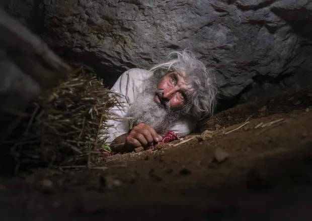 یک مرد غارنشین در روسیه برای اولین بار در 20 سال اخیر غاری که محل زندگی اش است را برای تزریق واکسن کرونا ترک کرده است.