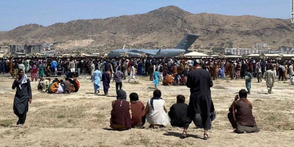 تجمع ۲۰ هزار افغان در فرودگاه کابل برای فرار از افغانستان
