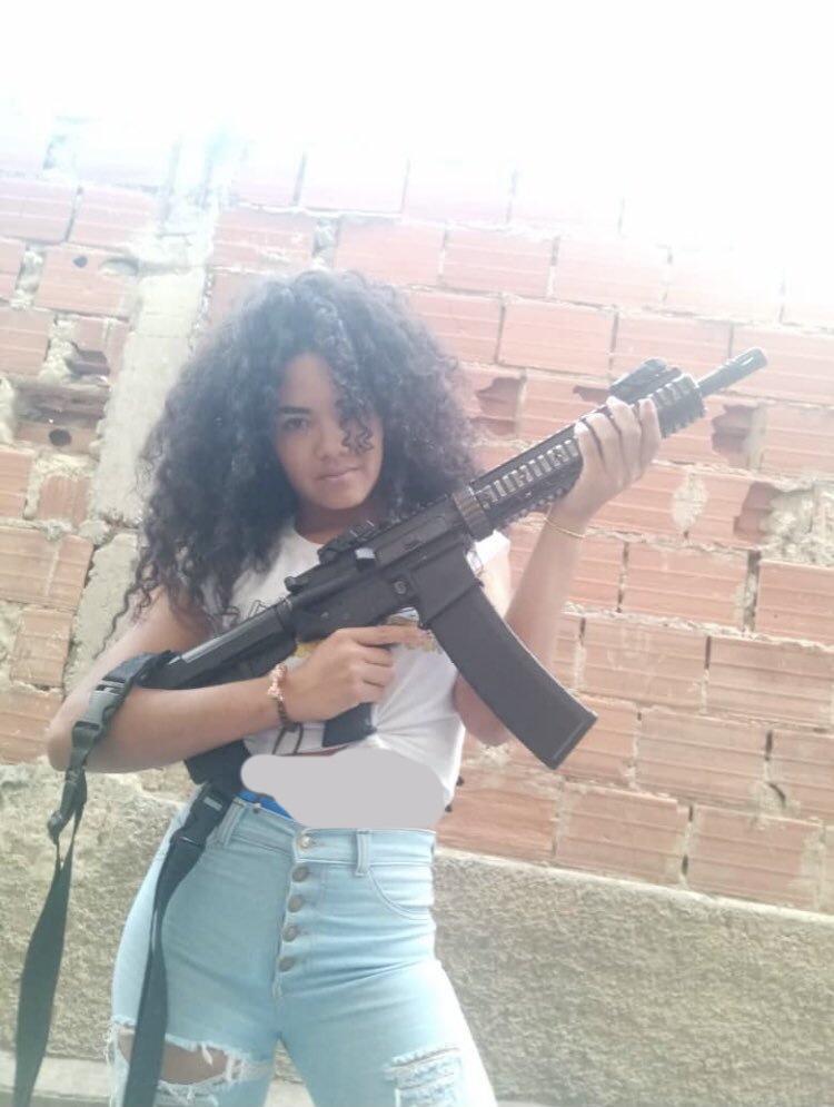 در دنیای جرایم سازمان یافته در ونزوئلا، کارلا دیاز توریلبا با نام La Pelúa یا La Greñuda به معنای «مو قشنگ» شناخته می شود.