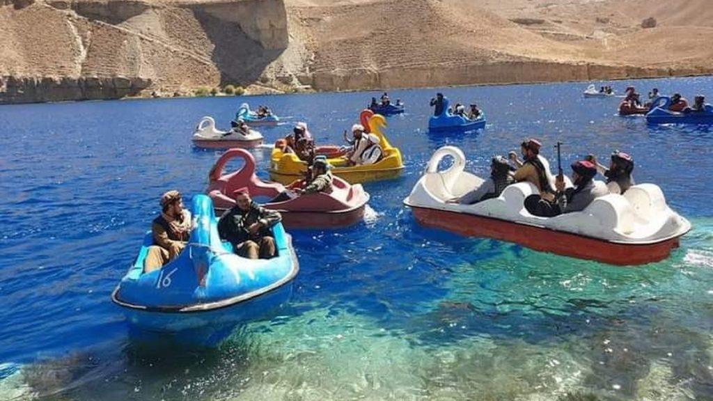 خوشگذرانی طالبان تفنگ به دست در قایق های پدالی