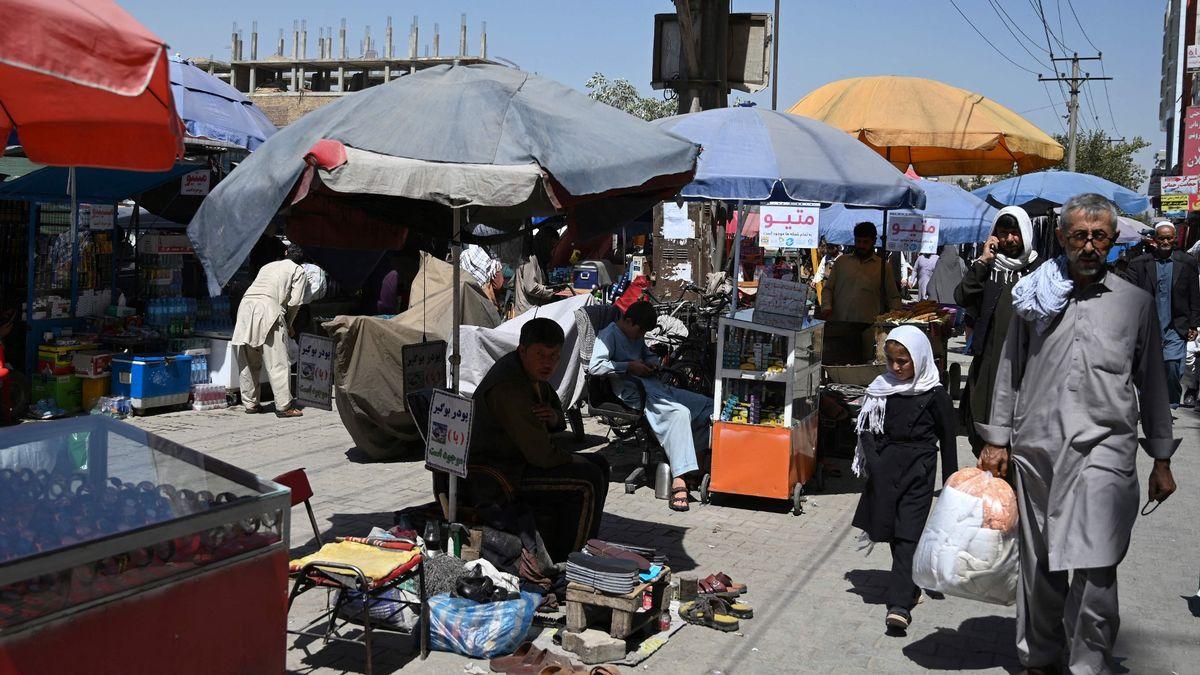 یک پدر فقیر افغانستانی مجبور شده دخترش را بفروشد تا بتواند نیازهای دیگر اعضای خانواده اش را تامین سازد