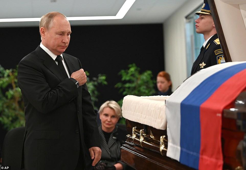 ولادیمیر پوتین رییس جمهور روسیه در حالی که به وضوح می شد غم و اندوه را در چهره او دید در مراسم تدفین وزیر امور اضطراری روسیه حضور یافت