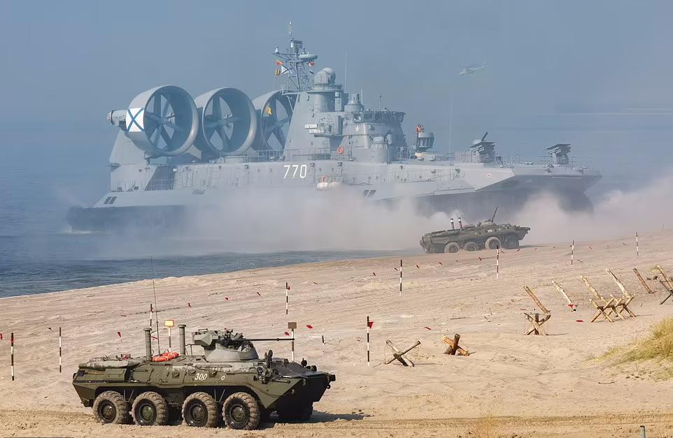 خرس بیدار می شود؛ استفاده از بزرگ ترین هاورکرافت جهان در مانور نظامی روسیه