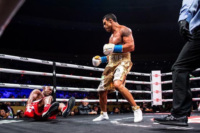 شب گذشته ایواندر هالیفیلد 58 ساله قهرمان سابق سنگین وزن بوکس جهان در مقابل ویتور بلفورت قهرمان سابق سنگین وزن سبک یو اف سی قرار گرفت.