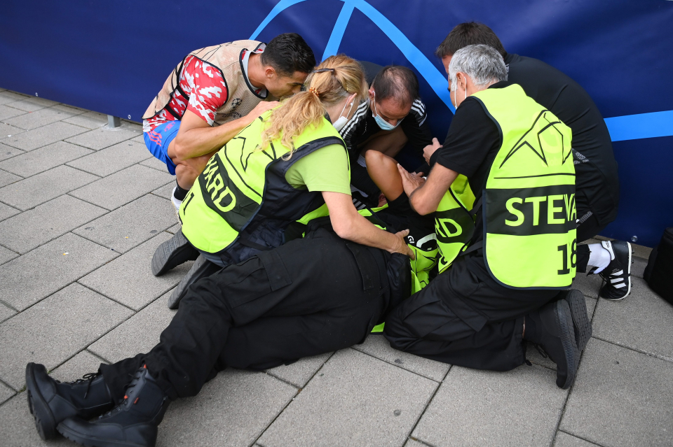 در جریان گرم کردن پیش از بازی برابر یانگ بویز، شوت بی هدف کریستیانو رونالدو باعث مصدومیت یکی از پرسنل امنیتی کنار زمین شد.