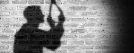 معلم جوان اهل فارس به خاطر مشکلات مالی خود را حلق آویز کرد