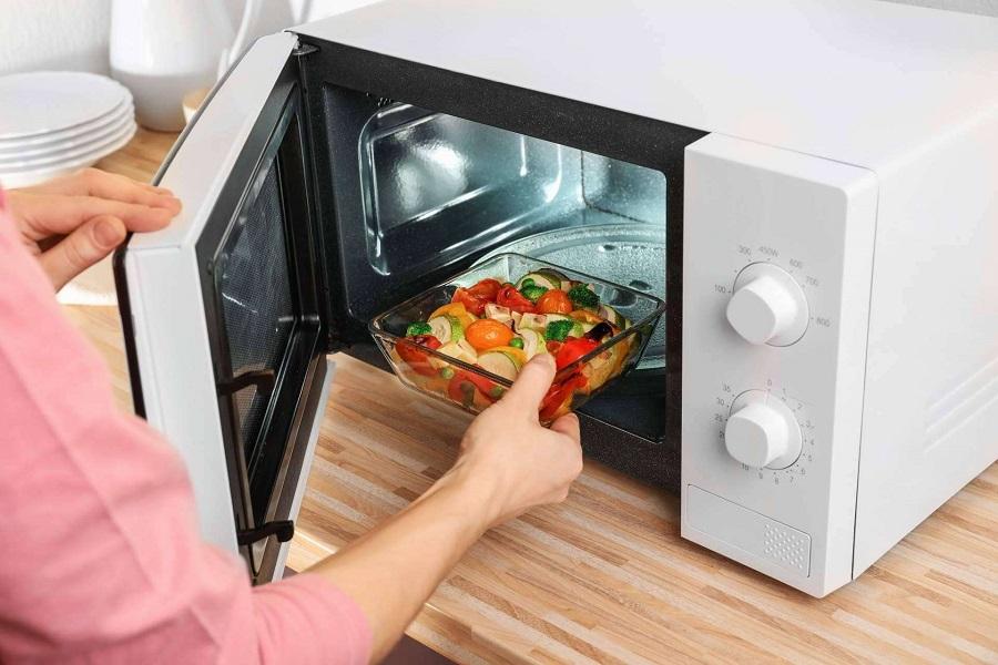 گرم کردن غذا در مایکروفر؛ آیا می دانستید همه عمر این کار را اشتباه انجام داده اید؟