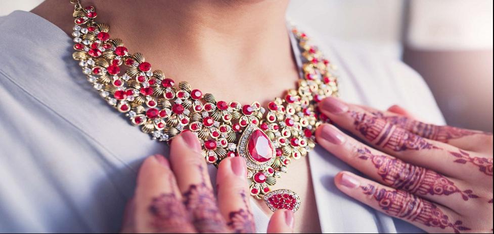 چگونه تصمیم بگیرید که کدام جواهرات را با لباس خود ست کنید؟