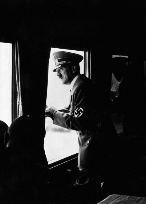 در دنیای جان کیگان جنگ جهانی دوم «بزرگ ترین اتفاق یگانه تاریخ بشریت» بود، نبردی بزرگ که «در 6 قاره از 7 قاره جهان و تمام اقیانوس ها»