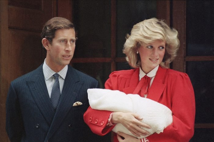 در ادامه این مطلب قصد داریم شما را با 10 تئوری توطئه عجیب و باورنکردنی که در مورد خاندان سلطنتی بریتانیا وجود دارد آشنا کنیم.