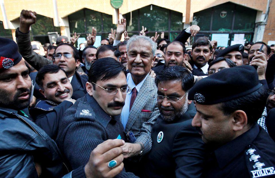 عبدالقدیر خان دانشمند هسته ای پاکستانی با عنوان «پدر برنامه هسته ای پاکستان» یا «پدر بمب اتمی پاکستان» در 85 سالگی درگذشت.